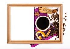 Visión superior, fondo blanco, taza de café, granos de café, especias, canela, hoja Imágenes de archivo libres de regalías