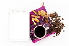 Visión superior, fondo blanco, taza de café, granos de café, especias, canela, hoja Fotografía de archivo libre de regalías