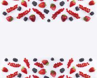 Visión superior Fondo de la comida negra y roja Pasas rojas, fresas y zarzamoras maduras en un fondo blanco Fotografía de archivo libre de regalías