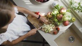 Visión superior La mujer joven prepara la manzana para el smoothie Manzana consciente sana del corte de la muchacha para una comi metrajes