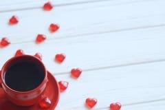 Visión superior la taza de café y la caja de regalo con la cinta roja en una tabla de madera Imágenes de archivo libres de regalías