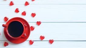 Visión superior la taza de café y la caja de regalo con la cinta roja en una tabla de madera Imagenes de archivo