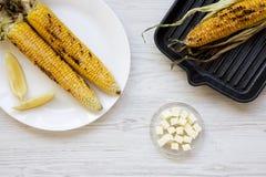 Visión superior, mazorcas de maíz asadas a la parrilla con el limón y mantequilla foto de archivo libre de regalías