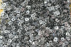 Visión superior mucha placa de acero después de formar proceso por la máquina automática y de la exactitud del doblez o del plega fotografía de archivo libre de regalías