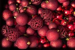 Visión superior muchas bolas rojas del árbol de navidad Foto de archivo