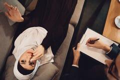 Visión superior Mujer árabe en la recepción del psicólogo imagenes de archivo