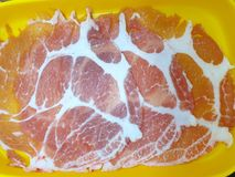 Visión superior, rebanada cruda del cerdo aislada como fondo foto de archivo