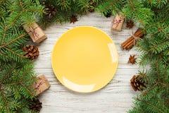 Visión superior Ronda vacía de la placa de cerámica en fondo de madera de la Navidad concepto del plato de la cena del día de fie fotografía de archivo