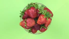Visión superior, rotación del montón de fresas jugosas maduras Aislado almacen de video