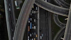 Visión superior sobre la carretera, la autopista y la autopista, intercambio de la visión aérea almacen de video