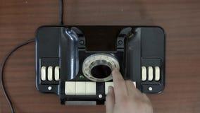 Visión superior Teléfono rotatorio muy viejo Teléfono de giro del vintage del disco de la mano Viejas tecnologías de comunicación almacen de video