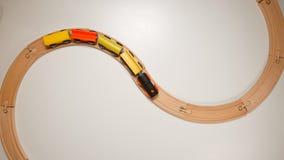 VISIÓN SUPERIOR: Tren de madera del juguete en ferrocarriles de madera de la curva Imagen de archivo