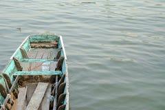 Visión superior un barco de madera viejo que flota en la orilla con el espacio de la opinión y de la copia del agua imagen de archivo libre de regalías