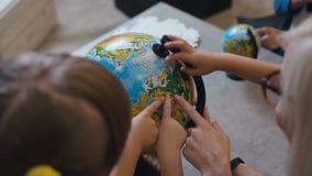 Visión superior Una mujer rubia que discute sobre un globo con los niños en dentro Profesor con los alumnos que discuten sobre a almacen de video