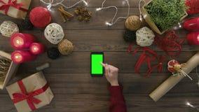 Visión superior usando los regalos de la Navidad de Smartphone almacen de metraje de vídeo