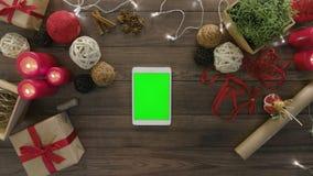 Visión superior usando los regalos digitales de la Navidad de la tableta metrajes