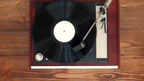 Visión superior - vinilo viejo del vintage que juega música metrajes