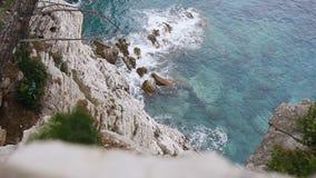 Visión superior Vista del mar cristalino, de las rocas acodadas y de la naturaleza hermosa en Budva, Montenegro Costa azul, metrajes