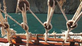 Visión a través de cuerdas de la nave en el mar metrajes