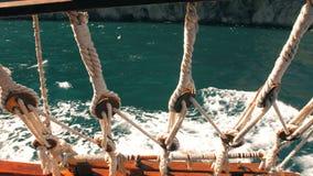 Visión a través de cuerdas de la nave en el mar almacen de metraje de vídeo
