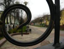 Visión a través de la cerca en la calle principal Town house foto de archivo