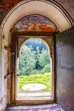 Visión a través de la puerta de entrada de la iglesia de St Petka a partir de 1860 en el pueblo búlgaro de Chuypetlovo foto de archivo libre de regalías