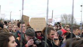 Visión a través de la valla de seguridad de manifestantes cerca del Parlamento Europeo d almacen de metraje de vídeo