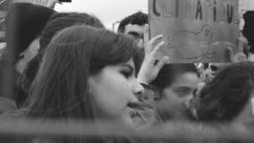 Visión a través de la valla de seguridad de manifestantes jovenes cerca del Parlamento Europeo almacen de metraje de vídeo