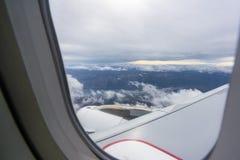 Visión a través de la ventana en avión de pasajeros en el aire fotografía de archivo