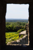 Visión a través de la ventana en la pared de una fortaleza de piedra arruinada Koporye Foto de archivo