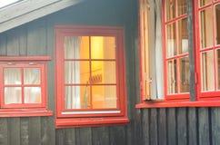Visión a través de la ventana roja en una casa Foto de archivo libre de regalías