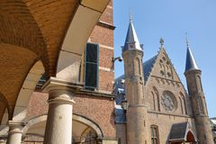 Visión a través de las arcadas del Pasillo del caballero de Ridderzaal, que forma el centro del Binnenhof imagenes de archivo