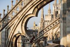 Visión a través de los arcos y de los chapiteles de los di góticos Milano, Italia del Duomo de la catedral Imagen de archivo