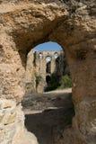 Visión a través de un arco de piedra Foto de archivo libre de regalías