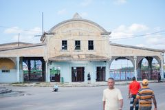 Visión a través de un edificio a un puerto Imagenes de archivo