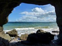 Visión a través de una cueva sobre el mar Fotos de archivo libres de regalías
