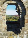 Visión a través de una ventana de las ruinas de Skelton Tower Imagen de archivo