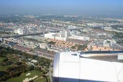 Visión a través de ventanas del aeroplano sobre la tierra imagen de archivo libre de regalías