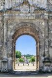 Visión a través del arco central del arco de Triumph en naranja Imagen de archivo libre de regalías