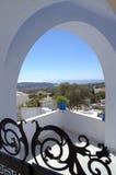 Visión a través del arco en Pyrgos, isla de Santorini Fotos de archivo