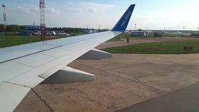 Visión a través del iluminador de los aviones en el aeropuerto El avión revela en la opinión del aeropuerto, con metrajes