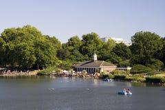 Visión a través del lago en Hyde Park Imagenes de archivo