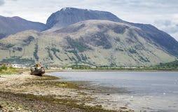 Visión a través del lago Linnhe más allá de un barco abandonado hacia Ben Nevis Imagenes de archivo