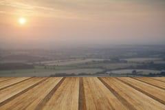 Visión a través del paisaje inglés del campo durante víspera del verano tardío Foto de archivo libre de regalías