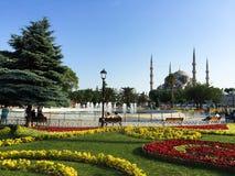 Visión a través del parque a la mezquita azul en Estambul Fotos de archivo