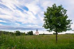 Visión a través del prado de Bogolubovo hacia la iglesia de la intercesión de la Virgen Santa en el río de Nerl Fotografía de archivo