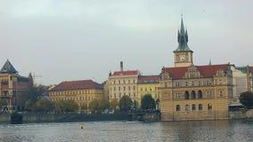 Visión a través del río a la ciudad vieja en Praga, barco de la excursión en el río, granangular, Charles Bridge, una torre almacen de video