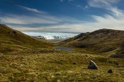 Visión a través del valle y del lago hacia adelante el glaciar foto de archivo