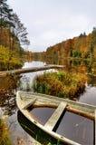 Visión vertical para el pequeño lago sueco en otoño Fotos de archivo