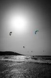 Visión vertical para la playa de las personas que practica surf en Rodas Fotos de archivo libres de regalías